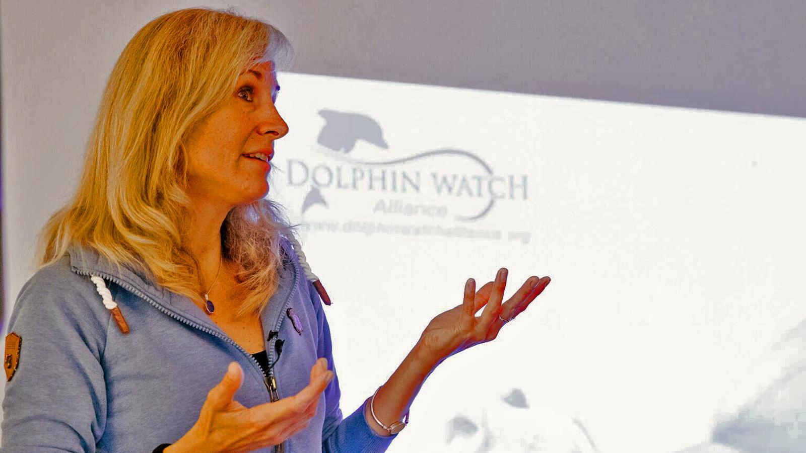 Präsentation über die Anstrengungen zum Schutz und der Erforschung der Delfine.