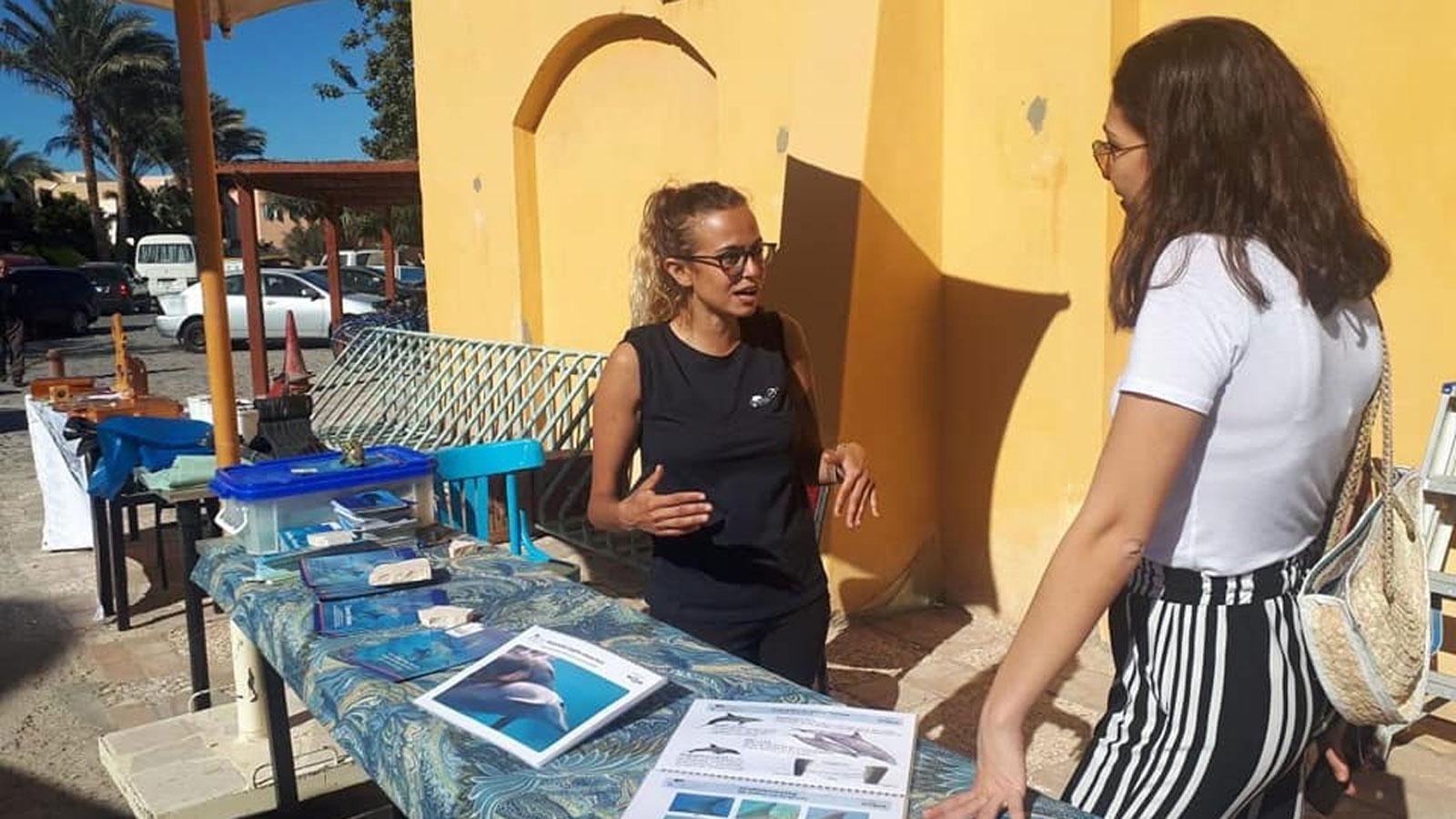 Sara El Laithy am Stand von Dolphin Watch Alliance